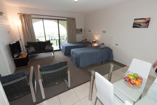 Batehaven, Australië: Beachfront Family Parents Retreat LoungeDining Area