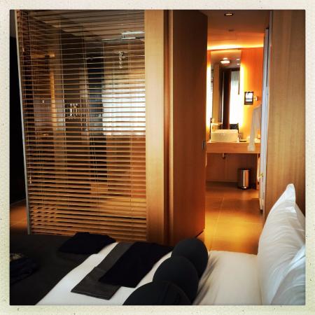 Hotel Le Germain Maple Leaf Square: see through bathroom