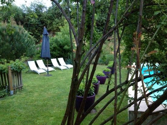 """L'Arcane du Bellay: le jardin côté chambre """"Providence"""""""