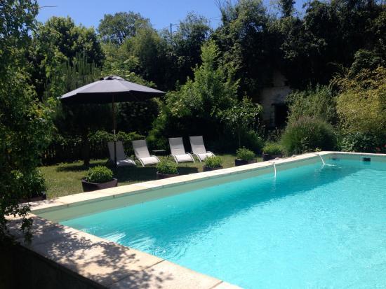 Le jardin et la piscine picture of l 39 arcane du bellay for Piscine montreuil