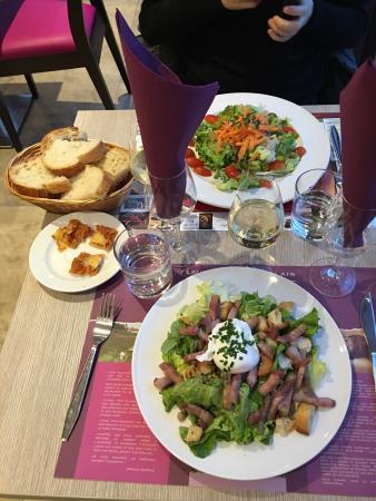 Fleurie, Frankrig: Salade beaujolaise, accompagné de vin local