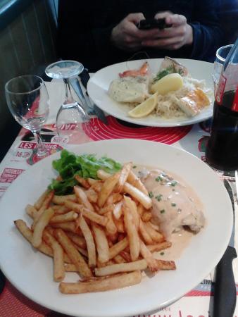 Au Petit Parapluie: 1ère assiette : Frite maison et de la dinde. 2ème assiette : choucroute de la mer.
