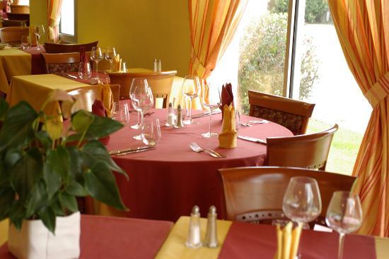 Hotel Roch-Priol : Salle de restaurant de l'Hôtel Roch Priol situé près des plages de Quiberon