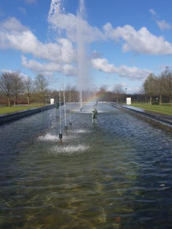 Enfield, أيرلندا: Fountains out front with mini rainbows