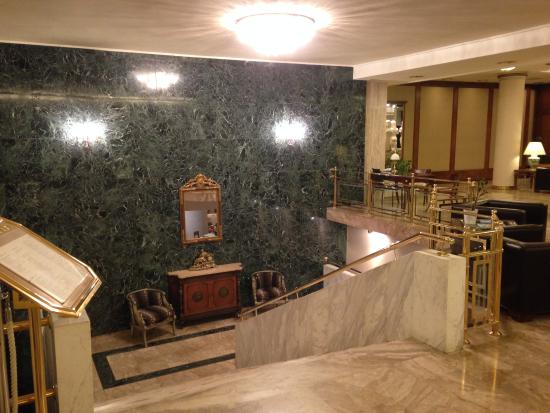 Divani Palace Acropolis: stairs leading to level 0 /breakfast area /gift shop