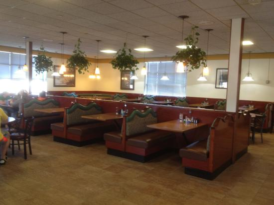 Brockport, Nova York: Golden Eagle Family Diner - main dining room