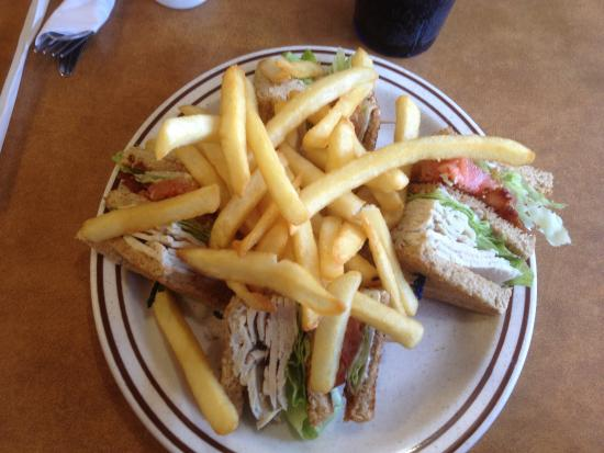 Brockport, Nova York: Golden Eagle Family Diner - club sandwich with fries