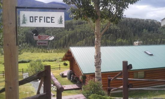 Iskut, Canadá: Office Bldg and home of Park Owners