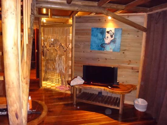 Bugabutik: Vue salon et salle de bains