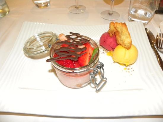 Wimmenau, Prancis: Charlotte aux fruits rouges et sorbets (framboise/mangue) : un régal !