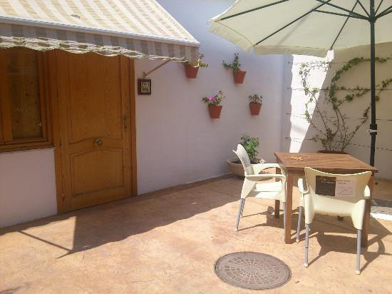 Llar La Morena: Terraza particular de habitación en planta baja.