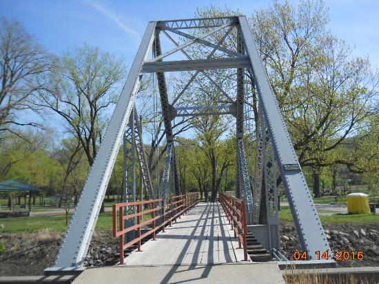 Parkville, MO: Walking Bridge