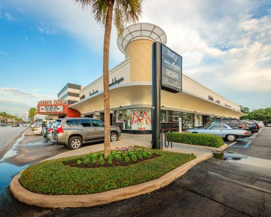 River Oaks Shopping Center is located in Houston, Texas and offers 68 stores - Scroll down for River Oaks Shopping Center shopping information: store list 3/5(2).