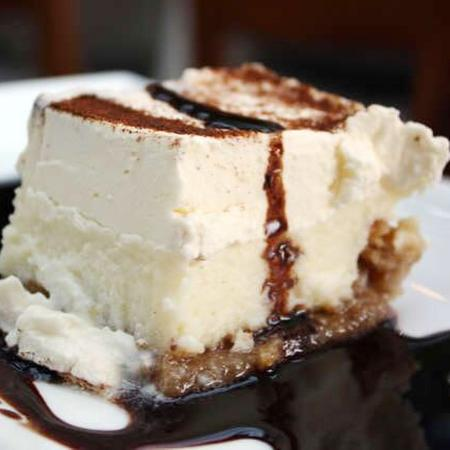 Ladner, Canadá: Ekmek -greek pastry layered with custard and topped with whipped cream (guest photo)