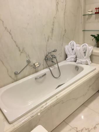 Brenners Park-Hotel & Spa: Marmor Badezimmer