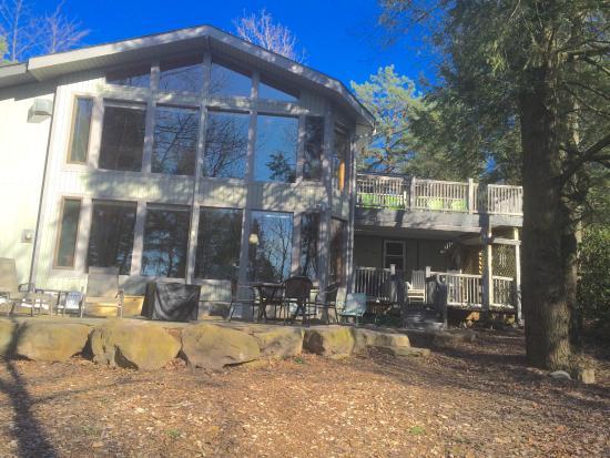 Pocono Pines, Pensilvanya: Back view of house from lake