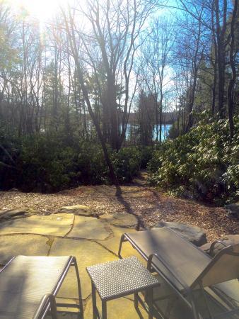 Pocono Pines, Πενσυλβάνια: Short trail to lake