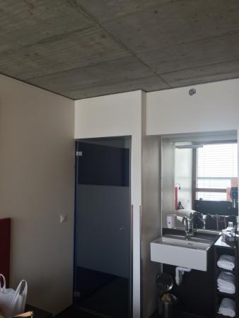 Savognin, Suisse : Das Zimmer.. Einfach, aber praktisch. Nur die Dusche ist leider etwas undicht.