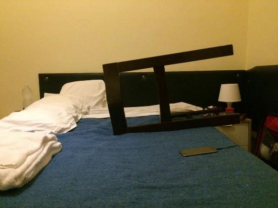 Hotel Romagna: Cama péssima, colchão afundado. Travesseiros tão ruins quanto. Horrible mattress e pillow.