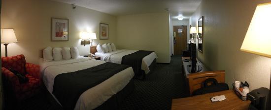 Baymont Inn & Suites Salina: 2 Queens Bedrrom