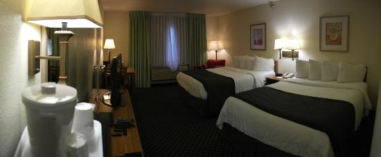 Baymont Inn & Suites Salina: Bedroom view