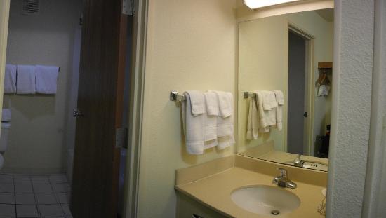Baymont Inn & Suites Salina: Vanity