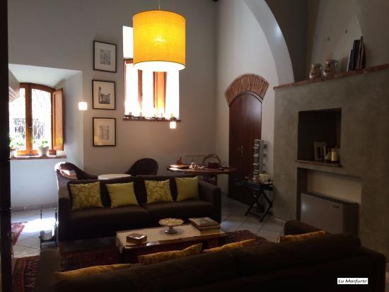 Sala de estar do Albergo Duomo, em Montepulciano, Itália