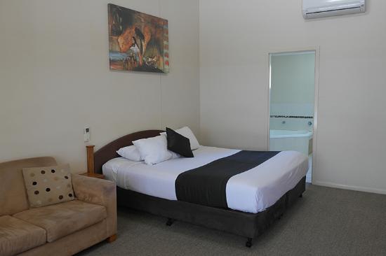 Roma Explorers Inn Motel & Function Centre: King Spa Suit