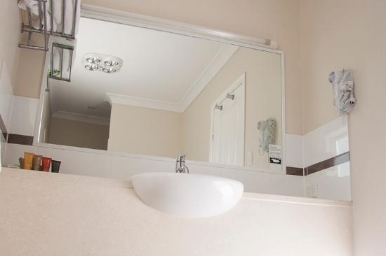 Roma Explorers Inn Motel & Function Centre: Standard Bathroom