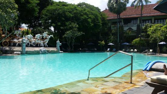 Hotel Kumala Pantai: Hand rails into pool.
