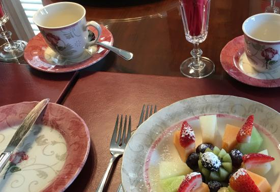 Graystone Bed and Breakfast: Fruit plate that came with the breakfast.
