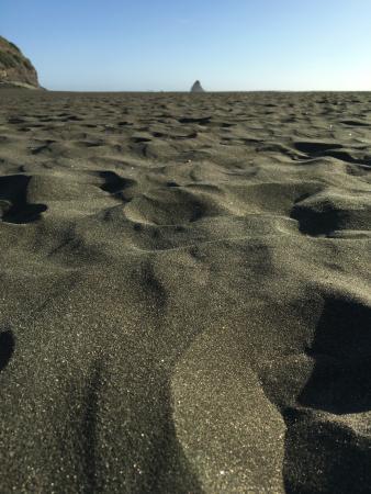 Bethells Beach: Песочек на пляже. Ух, босиком в солнцепёк невозможно пройти
