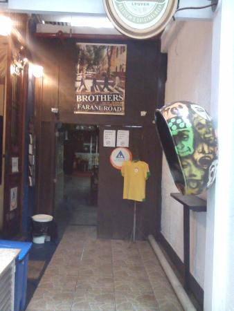 Brothers Hostel: Entrada do Hostel!