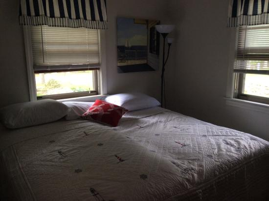 Stonington, CT: BR-2 twin beds