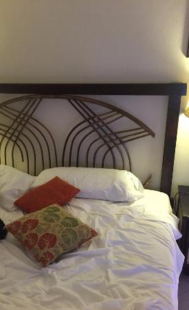 The Tropical at Lifestyle Holidays Vacation Resort: broken head board