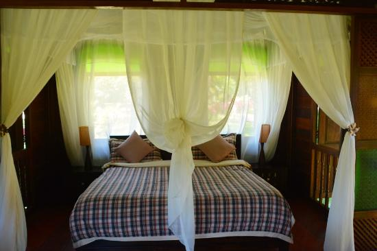 Sunset Valley Holiday Houses: Farmers House - king size bed