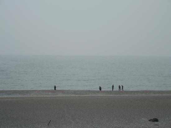 Itoigawa, Japonia: 海岸を散歩する人たち