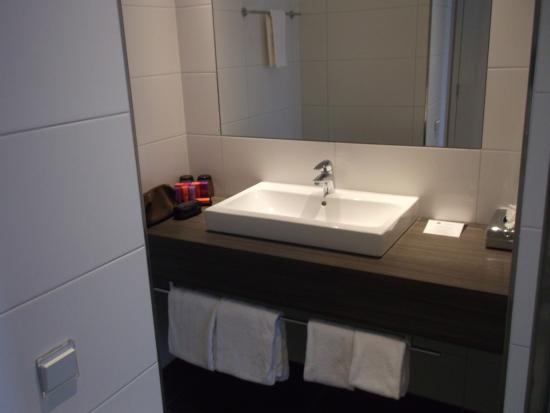Badkamer apart van toilet - Picture of Hotel Lumen, Zwolle - TripAdvisor