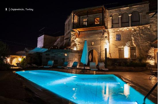 Kelebek Special Cave Hotel: Pool Area at night