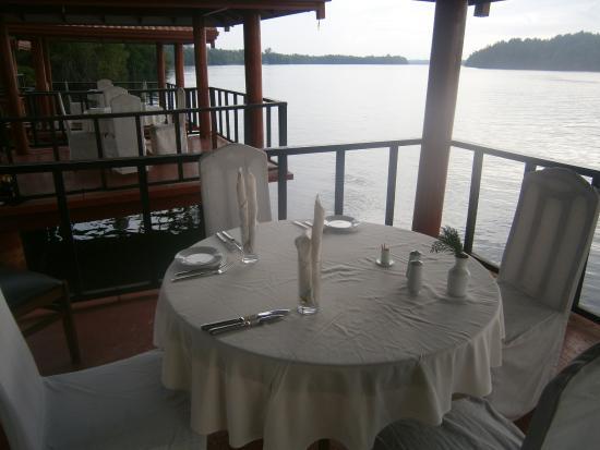 Dalmanuta Gardens - Ayurvedic Resort & Restaurant: Dining on the Bentota River was splendid