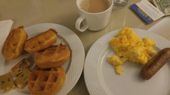 BEST WESTERN PLUS Lawnfield Inn & Suites: Delicious breakfast!