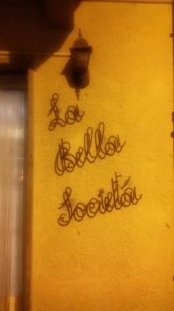 Reano, Italia: L'insegna in notturna