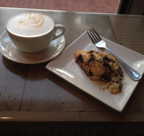 Нептун-Бич, Флорида: Blueberry scone and upside down caremel macchiato