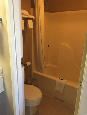 Elizabethan Inn: Guest Bathroom