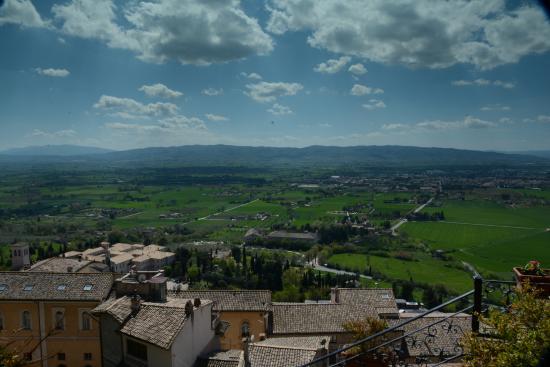 View From outdoor tables1 - Foto di Le Terrazze di Properzio, Assisi ...