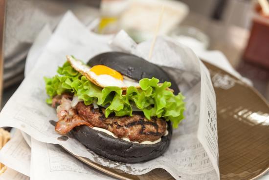 """Hamburger gourmet """"Occhio di Bue"""" con black bread"""