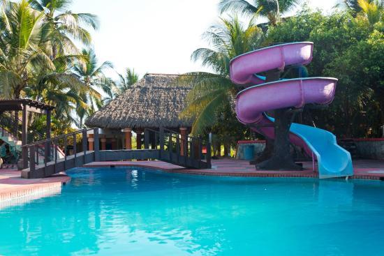 Sipacate, Guatemala: Vista de nuestra piscina mayor, tobogan y restaurante al fondo (Rancho)
