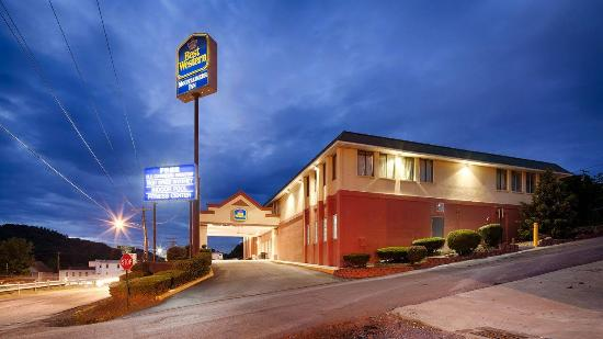 BEST WESTERN Mountaineer Inn: Outside Hotel