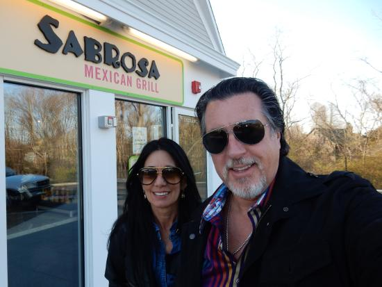Water Mill, estado de Nueva York: AT SABROSA MEXICAN GRILLE WITH ROSARIO CASSATA AND CAROLYN IN WATERMILL, NY.