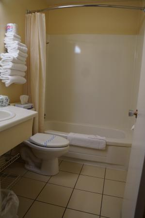 Westward Inn & Suites: Nice and clean bathroom with full bathtub